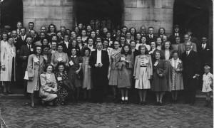 1946. Het koor met hun supporters op concours in Amsterdam. Dirigent Piet Groot in het midden