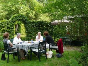 2007-6-8 Bestuursvergadering bij ons in de tuin,
