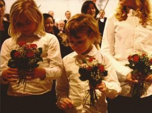 2009.33 Kinderkoor in de bloemen na Kerstconcert