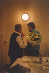 26-2005 Er worden bloemen gegeven